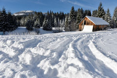 Χειμερινό τοπίο με μια μικρή ξύλινη καλύβα Στοκ Φωτογραφίες