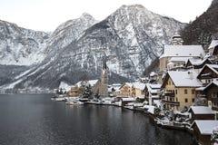 Χειμερινό τοπίο με τα βουνά και τη μικρού χωριού διάσημης εκκλησία Hallstatt και, Αυστρία Στοκ φωτογραφία με δικαίωμα ελεύθερης χρήσης