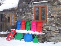 Χειμερινό τοπίο με τα πολύχρωμα έλκηθρα Στοκ Φωτογραφίες