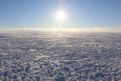 Χειμερινό τοπίο με τα σύννεφα στοκ εικόνα
