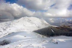 Χειμερινό τοπίο με τα χιονώδη βουνά Στοκ εικόνα με δικαίωμα ελεύθερης χρήσης