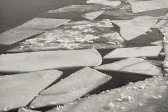 Χειμερινό τοπίο με την τήξη του επιπλέοντος πάγου πάγου Στοκ Εικόνες