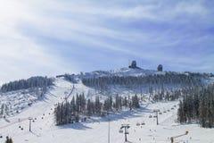 Χειμερινό τοπίο με τη λειτουργία σκι Στοκ φωτογραφία με δικαίωμα ελεύθερης χρήσης