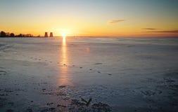 Χειμερινό τοπίο με τις παγωμένες εγκαταστάσεις λιμνών και παραγωγής ενέργειας στοκ εικόνα