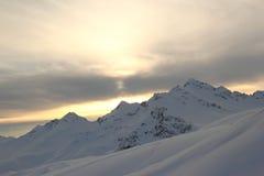 Χειμερινό τοπίο με τις χιονισμένες αιχμές των βουνών Καύκασου, άποψη από το βουνό Elbrus Στοκ εικόνες με δικαίωμα ελεύθερης χρήσης