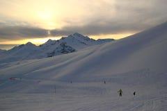 Χειμερινό τοπίο με τις χιονισμένες αιχμές των βουνών Καύκασου, άποψη από το βουνό Elbrus Στοκ Εικόνες