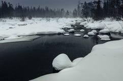 Χειμερινό τοπίο με τον ξεπαγωμένο ποταμό στο ρωσικό Lapland, χερσόνησος κόλα Στοκ Φωτογραφία