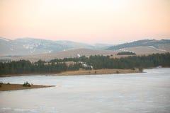 Χειμερινό τοπίο, με τον παγωμένους ποταμό και τα δέντρα Στοκ εικόνα με δικαίωμα ελεύθερης χρήσης