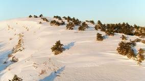 Χειμερινό τοπίο με το βράχο πετρών που καλύπτεται με το χιόνι E τοπ άποψη του χιονισμένου λόφου στο δάσος απόθεμα βίντεο