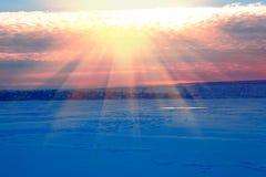 Χειμερινό τοπίο με το ηλιοβασίλεμα στοκ φωτογραφίες