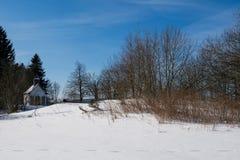 Χειμερινό τοπίο με το παρεκκλησι Στοκ φωτογραφία με δικαίωμα ελεύθερης χρήσης