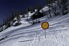 Χειμερινό τοπίο με το χιονισμένο σημάδι δρόμων και κυκλοφορίας Στοκ φωτογραφίες με δικαίωμα ελεύθερης χρήσης