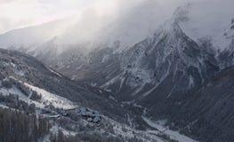 Χειμερινό τοπίο με το χιόνι και το χωριό στοκ φωτογραφία
