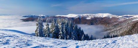 Χειμερινό τοπίο με το χιόνι στα βουνά Στοκ εικόνες με δικαίωμα ελεύθερης χρήσης