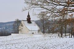Χειμερινό τοπίο με το χιόνι Όμορφο παρεκκλησι κοντά στο κάστρο Veveri Πόλη Δημοκρατίας της Τσεχίας του Μπρνο Το παρεκκλησι της μη Στοκ Φωτογραφία