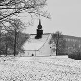 Χειμερινό τοπίο με το χιόνι Όμορφο παρεκκλησι κοντά στο κάστρο Veveri Πόλη Δημοκρατίας της Τσεχίας του Μπρνο Το παρεκκλησι της μη Στοκ Εικόνες