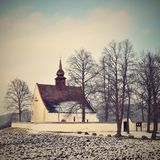 Χειμερινό τοπίο με το χιόνι Όμορφο παρεκκλησι κοντά στο κάστρο Veveri Πόλη Δημοκρατίας της Τσεχίας του Μπρνο Το παρεκκλησι της μη Στοκ εικόνα με δικαίωμα ελεύθερης χρήσης