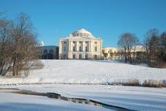 Χειμερινό τοπίο με το Pavlovsk παλάτι Τα περίχωρα της Αγία Πετρούπολης στοκ εικόνες