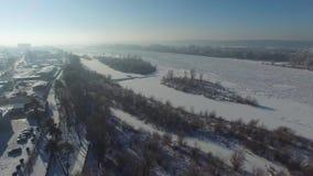 Χειμερινό τοπίο, πάγος στον ποταμό, εναέρια άποψη απόθεμα βίντεο
