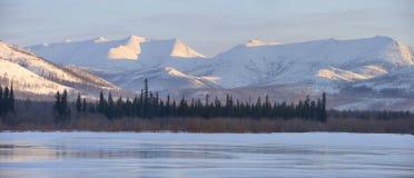 Χειμερινό τοπίο στα βουνά και η παγωμένη λίμνη στο Γιακουτία, Σιβηρία, Ρωσία στοκ φωτογραφία