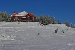 Χειμερινό τοπίο στα βουνά με το guesthouse Στοκ Φωτογραφίες
