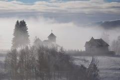 Χειμερινό τοπίο του χωριού και της εκκλησίας Στοκ Εικόνες