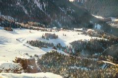 Χειμερινό τοπίο του χωριού στα βουνά Στοκ φωτογραφία με δικαίωμα ελεύθερης χρήσης