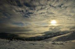 Χειμερινό τοπίο των αποκλεισμένων από τα χιόνια κορυφών Στοκ Εικόνα