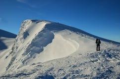 Χειμερινό τοπίο των αποκλεισμένων από τα χιόνια κορυφών Στοκ Εικόνες