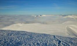 Χειμερινό τοπίο των αποκλεισμένων από τα χιόνια κορυφών Στοκ Φωτογραφία