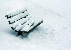 Χειμερινό τοπίο, χιονώδης πάγκος στο πάρκο στοκ φωτογραφία με δικαίωμα ελεύθερης χρήσης