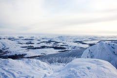Χειμερινό τοπίο, χιονώδη βουνά Ural στη νεφελώδη ημέρα, Ρωσία στοκ εικόνες