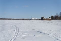 Χειμερινό τοπίο χώρας, του χωριού περίχωρα στοκ εικόνες