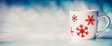 Χειμερινό υπόβαθρο με την κούπα με snowflakes στο μπλε bokeh Στοκ Φωτογραφίες