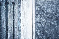 Χειμερινό υπόβαθρο με το σχέδιο παγετού στο αγροτικό παράθυρο με το διάστημα αντιγράφων Στοκ Εικόνες