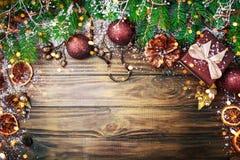 Χειμερινό υπόβαθρο Χριστουγέννων, ένας πίνακας που διακοσμείται με τους κλάδους και τις διακοσμήσεις έλατου καλή χρονιά Χριστούγε Στοκ εικόνες με δικαίωμα ελεύθερης χρήσης