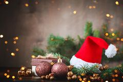 Χειμερινό υπόβαθρο Χριστουγέννων, ένας πίνακας που διακοσμείται με τους κλάδους και τις διακοσμήσεις έλατου καλή χρονιά Χριστούγε Στοκ φωτογραφίες με δικαίωμα ελεύθερης χρήσης