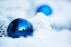 Χειμερινό υπόβαθρο Χριστουγέννων με τη σφαίρα Στοκ εικόνες με δικαίωμα ελεύθερης χρήσης