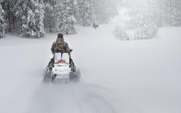 Χειμερινό φινλανδικό χιονώδες lanscape με το δρόμο και το όχημα για το χιόνι Στοκ φωτογραφίες με δικαίωμα ελεύθερης χρήσης