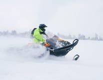 Χειμερινό φινλανδικό χιονώδες lanscape με το δρόμο και το όχημα για το χιόνι Στοκ Φωτογραφία