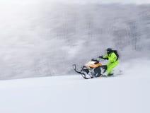 Χειμερινό φινλανδικό χιονώδες lanscape με το δρόμο και το όχημα για το χιόνι Στοκ Φωτογραφίες
