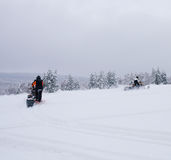 Χειμερινό φινλανδικό χιονώδες lanscape με το δρόμο και το όχημα για το χιόνι Στοκ Εικόνα