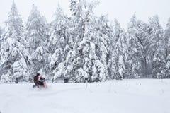 Χειμερινό φινλανδικό χιονώδες lanscape με το δρόμο και το όχημα για το χιόνι Στοκ Εικόνες