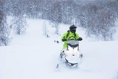 Χειμερινό φινλανδικό χιονώδες lanscape με το δρόμο και το όχημα για το χιόνι Στοκ εικόνες με δικαίωμα ελεύθερης χρήσης