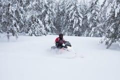 Χειμερινό φινλανδικό χιονώδες lanscape με το δρόμο και το όχημα για το χιόνι Στοκ φωτογραφία με δικαίωμα ελεύθερης χρήσης