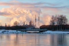 Χειμερινό φως του ήλιου στον καπνό εργοστασίων Στοκ Εικόνα