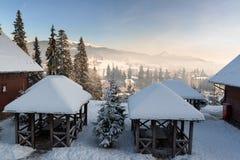 Χειμερινό χιονοδρομικό κέντρο και κοιλάδα βουνών Στοκ φωτογραφία με δικαίωμα ελεύθερης χρήσης