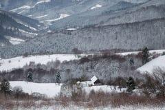 Χειμερινό χιονώδες τοπίο των transylvanian βουνών Στοκ Εικόνες