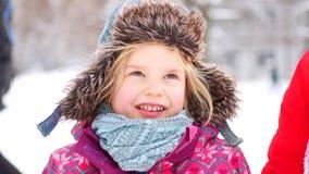 Χειμερινό χιόνι μικρών κοριτσιών απόθεμα βίντεο