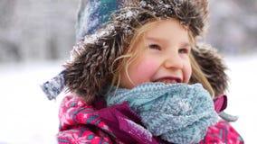 Χειμερινό χιόνι μικρών κοριτσιών φιλμ μικρού μήκους
